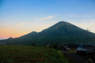 Simak perkiraan waktu mendaki Gunung Sindoro via Tambi (Sigedang) dari pos ke pos, sampai puncak.